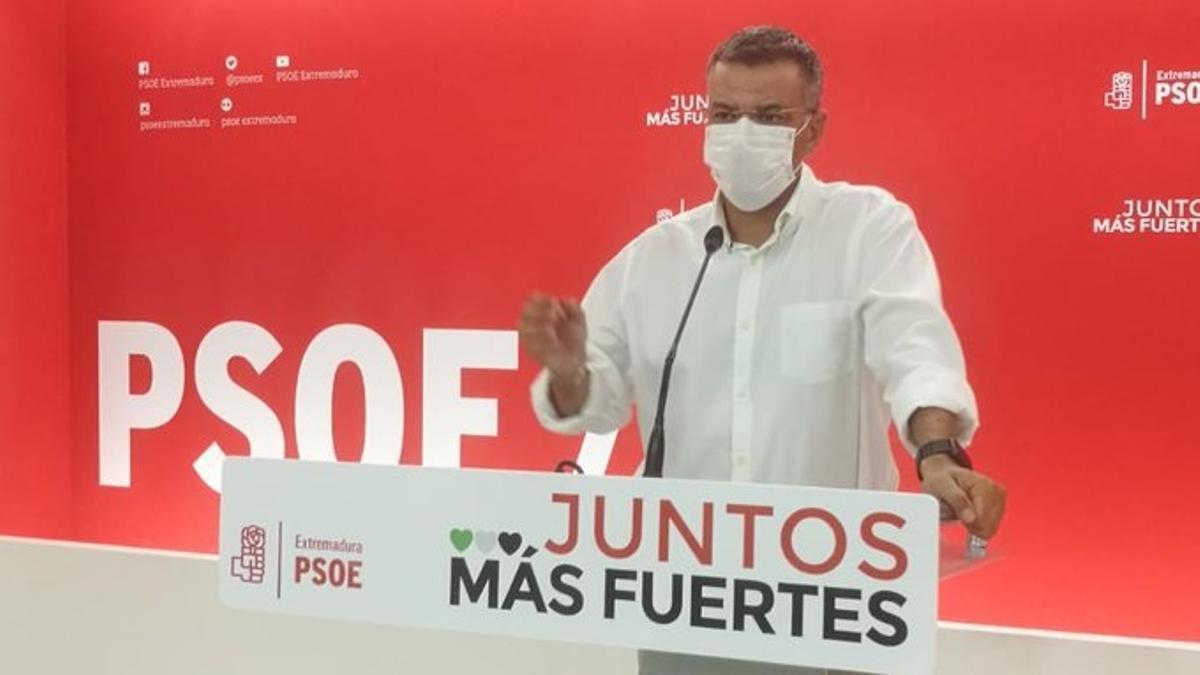 El portavoz del PSOE de Extremadura, Juan Antonio González, en rueda de prensa en Mérida