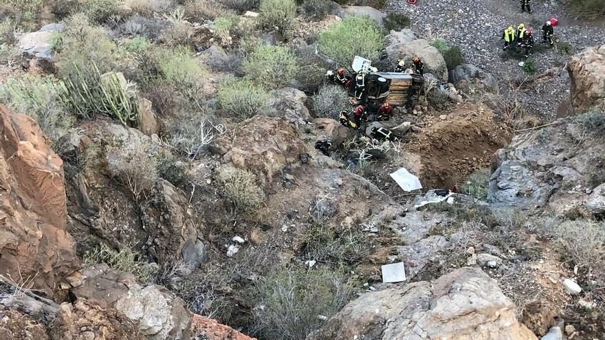 Recursos de emergencia junto al coche que cayó 20 metros por una ladera de barranco