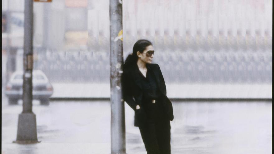 Yoko Ono en un fotograma del vídeo 'Walking On Thin Ice', de 1981 / Yoko Ono/Museo Guggenheim