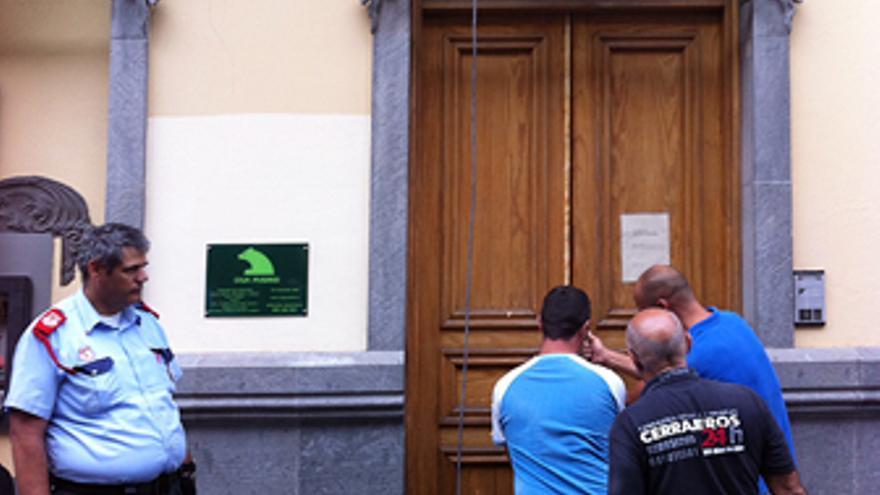 Varios cerrajeros intentan abrir la sucursal. (ALEXIS GONZÁLEZ)