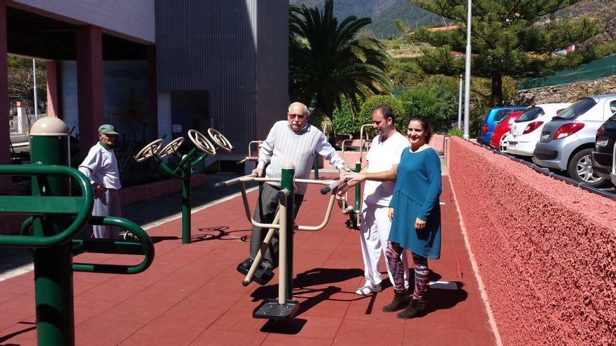 En la imagen, la consejera insular de Asunto Sociales (derecha), con un usuario del nuevo parque biosaludable.