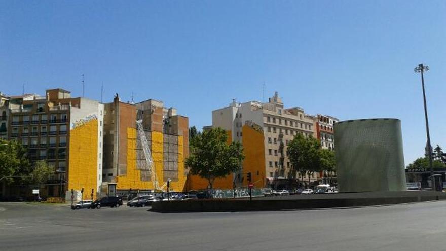 Aparece un solar en la esquina del parque del Retiro con la plaza que alberga la Estación de Atocha en Madrid