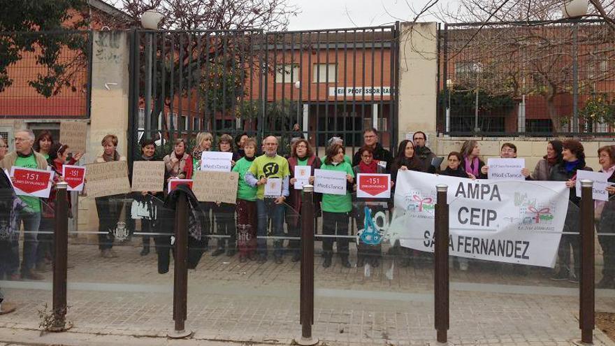 Concentración de protesta contra la reducción de líneas en los centros de la Comunitat Valenciana