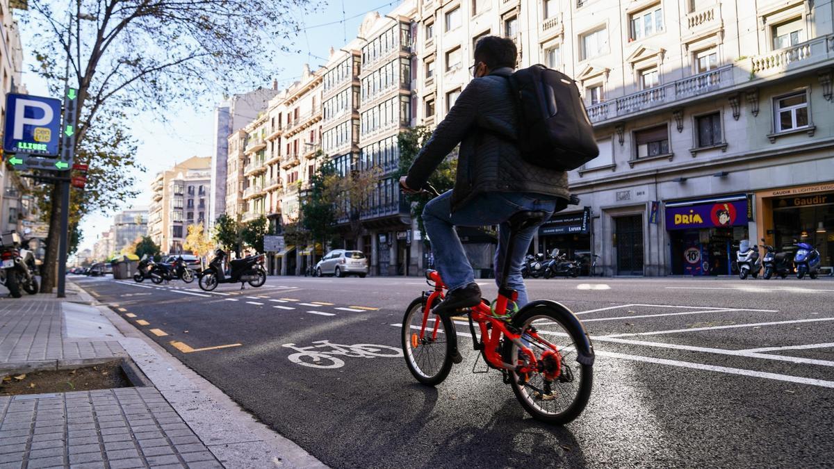 Carril bici en la calle Aragó de Barcelona, inaugurado el pasado diciembre.