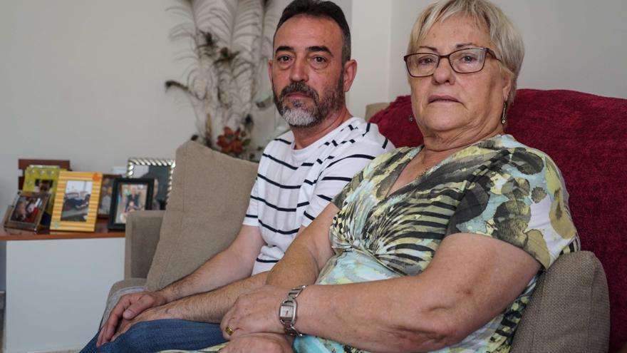 Javier Martínez junto a su madre, en su domicilio de Rubí.