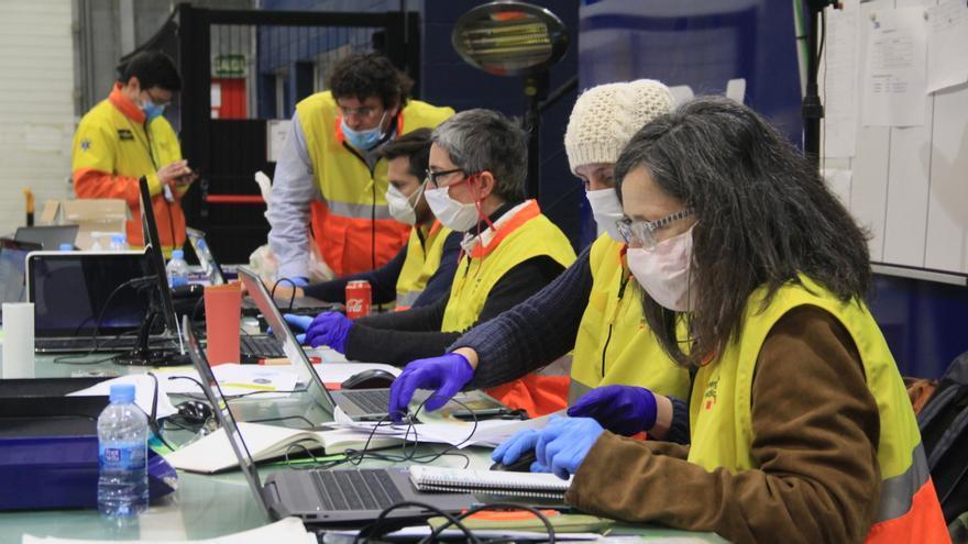 Un equipo logístico de unas 50 personas trabaja en el almacén