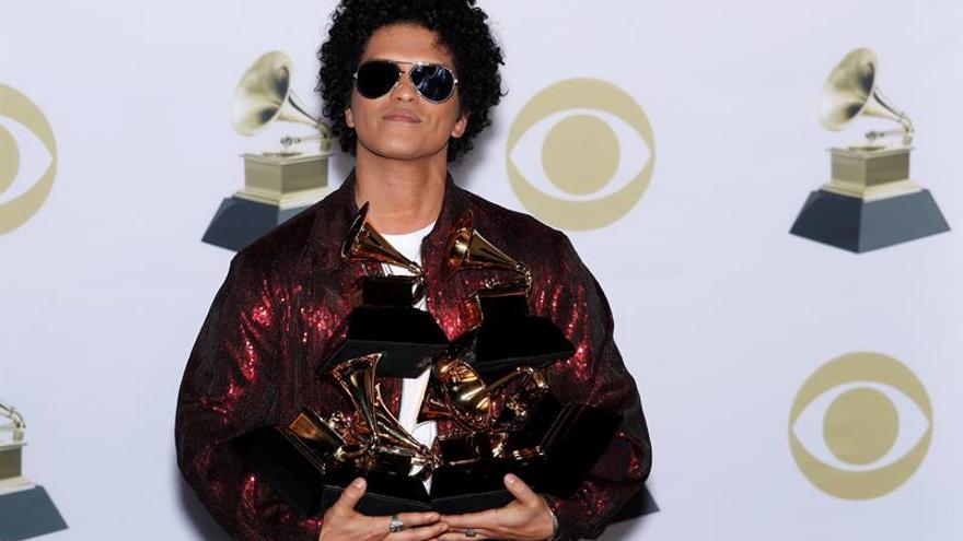 Bruno Mars arrasa en los Grammy con seis galardones.