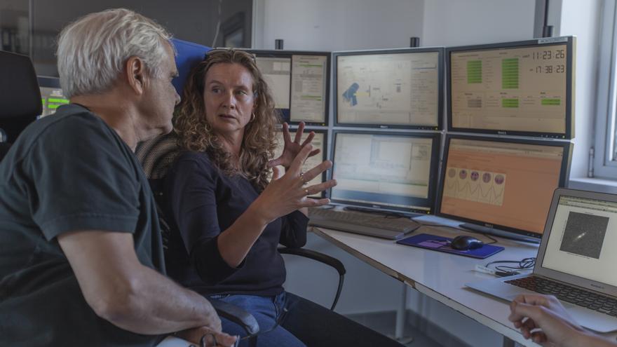 Juan Cruz en el Gran Telescopio Canarias (GTC), junto a Saskia Prins, investigadora del IAC, en el Observatorio del Roque de los Muchachos. Crédito: Antonio González/IAC.