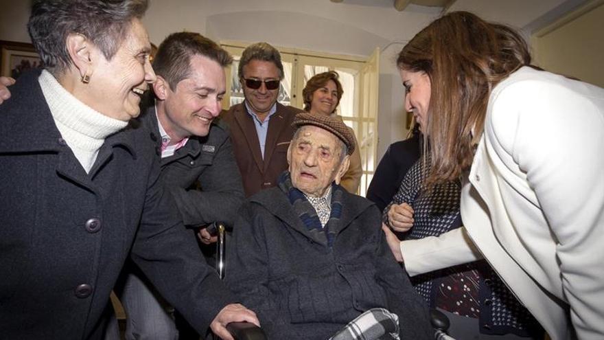 A cto de homenaje a Francisco Núñez Olivera, 'Marchena', un vecino de 112 años / Agencia EFE (Autor: Jero Morales)