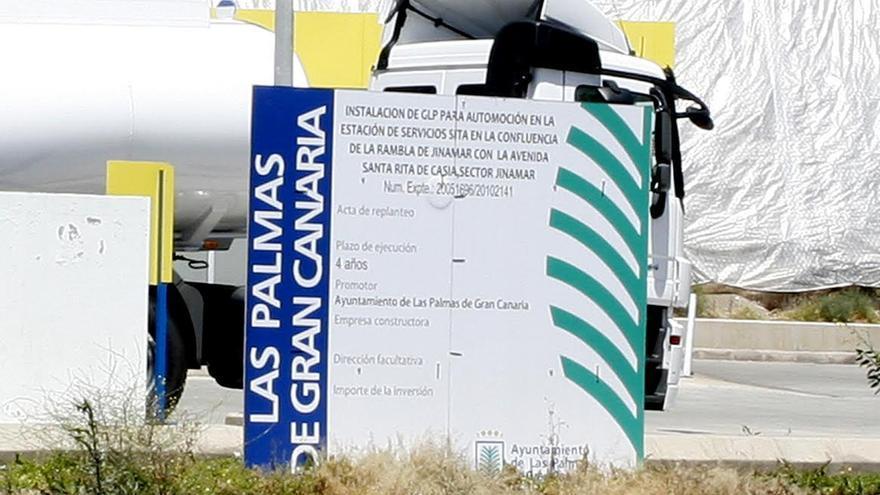Detalle de una actuación autorizada por el Ayuntamiento de Las Palmas de Gran Canaria en la estación de servicio Disa en Jinámar. (ALEJANDRO RAMOS)