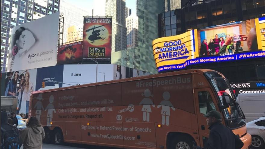 El autobús de HazteOir atraviesa Times Square / Foto de la cuenta de Twitter de CitizenGo