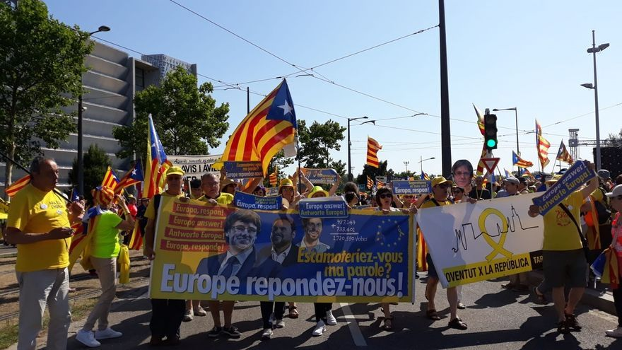 Varios eurodiputados muestran carteles de Puigdemont al inicio del pleno y reivindican sus derechos como eurodiputa