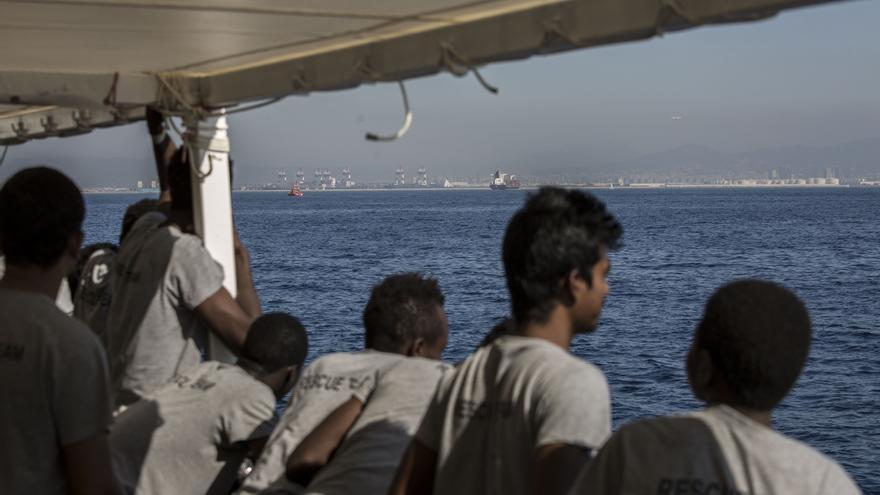 Varios de los rescatados avistan Barcelona en el horizonte.