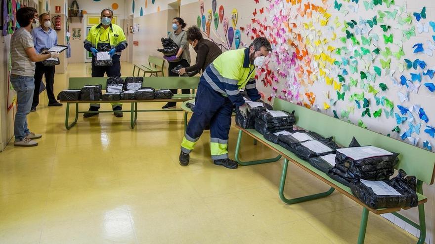 Torrelavega inicia el reparto de los libros de texto a los escolares