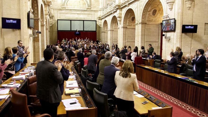 El Pleno del Parlamento aplaude tras la aprobación del proyecto de Ley de Servicios Sociales de Andalucía