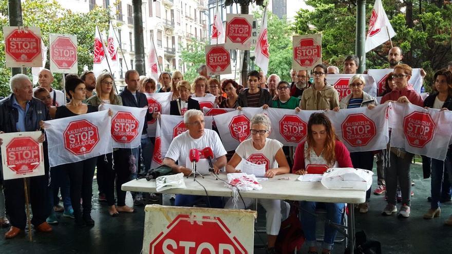 Miembros de las plataformas de Stop Desahucios en Euskadi duramte la presentación de decálogo.