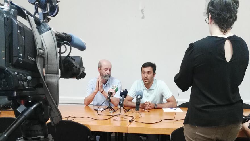 Los concejales Santiago Pérez, de NC-XTF, y José Marrero, de Unidos Se Puede, este lunes en rueda de prensa