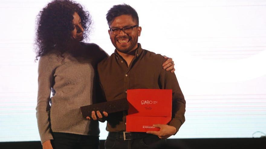 Joseph Zárate recibe de manos de la periodista Leila Guerriero el premio Gabo en la categoría de texto