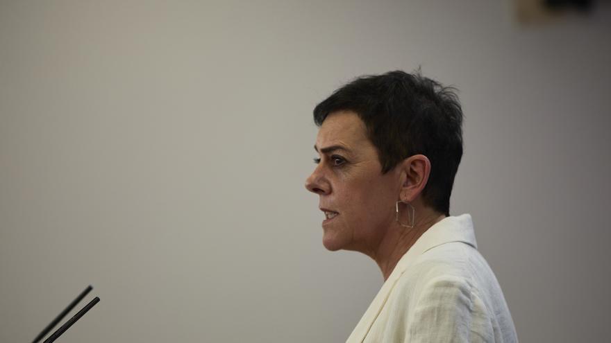 La portavoz parlamentaria de EH Bildu, Mertxe Aizpurua, interviene en una rueda de prensa.