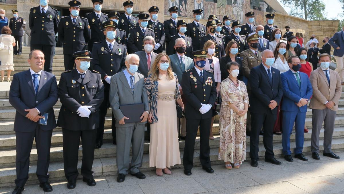 Autoridades y agentes condecorados en el Día de la Policía Nacional