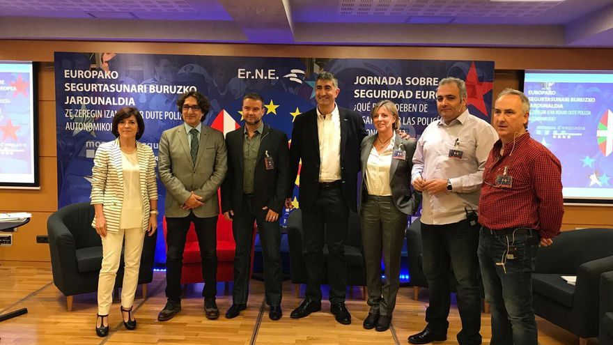 El líder de Erne, Roberto Seijo, (en el centro), y Juan José Llaguno (primero por la derecha), junto a algunos de los ponentes de las jornadas.