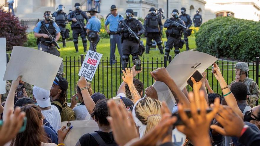 Manifestantes y policía frente al capitolio del estado de Georgia, Atlanta.