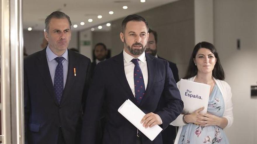 Javier Ortega Smith, Santiago Abascal y Macarena Olona en los pasillos del Congreso