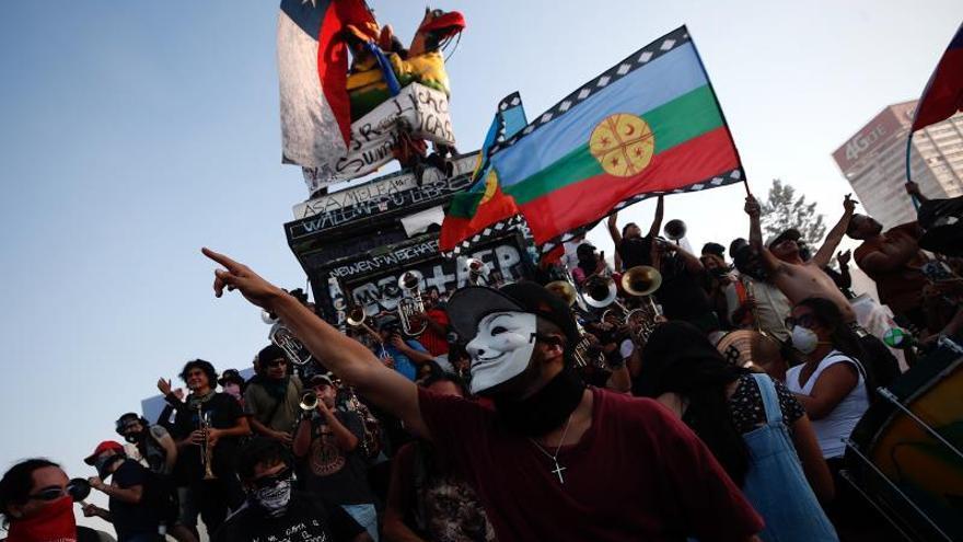 Plaza Italia en Chile mezcla las protestas y la celebración de San Valentín