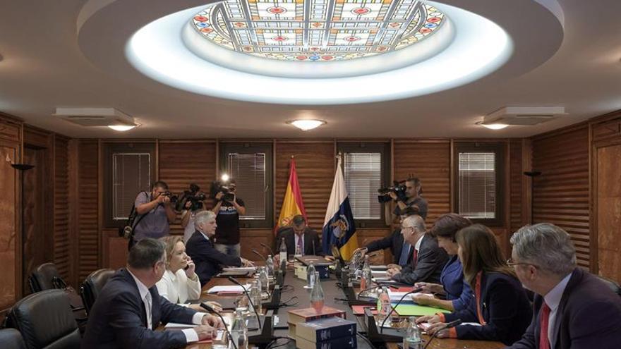El presidente de la comunidad autónoma en funciones, Paulino Rivero (c), preside el que previsiblemente será su último Consejo de Gobierno. (Efe/Ángel Medina G.).