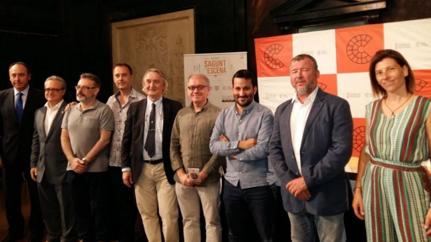 Vicent Marzà, conseller de Cultura, rodeado de los organizadores de Sagunt a Escena