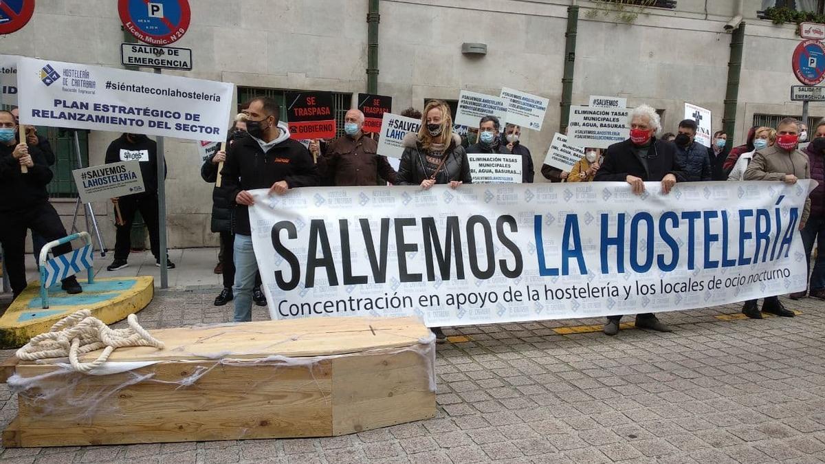 Protesta de la patronal de los hosteleros a las puertas del Gobierno de Cantabria.