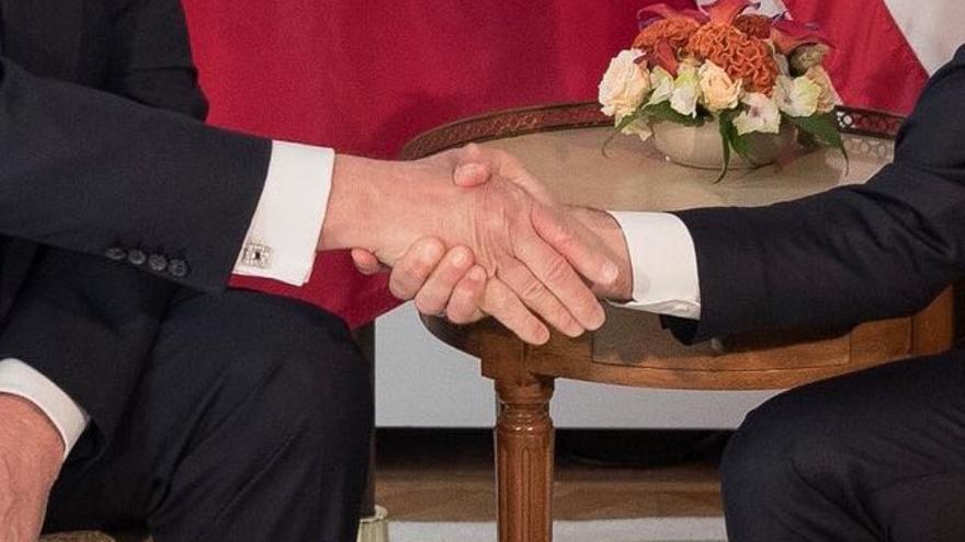 Macron da la mano a Trump.