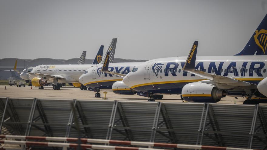 Archivo - Aviones en la pista del aeropuerto de Sevilla-San Pablo