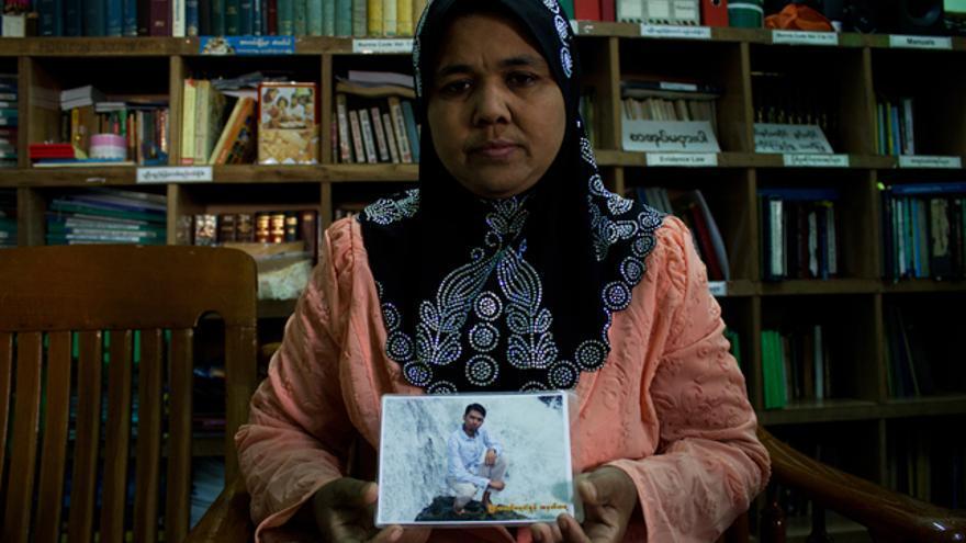 """Daw Nwe Ni Aung sostiene una fotografía de su hijo, Soe Moe Aung, detenido el pasado 17 de noviembre y acusado de pertenecer al """"Ejército Musulmán de Myanmar"""". / Carlos Sardiña Galache."""