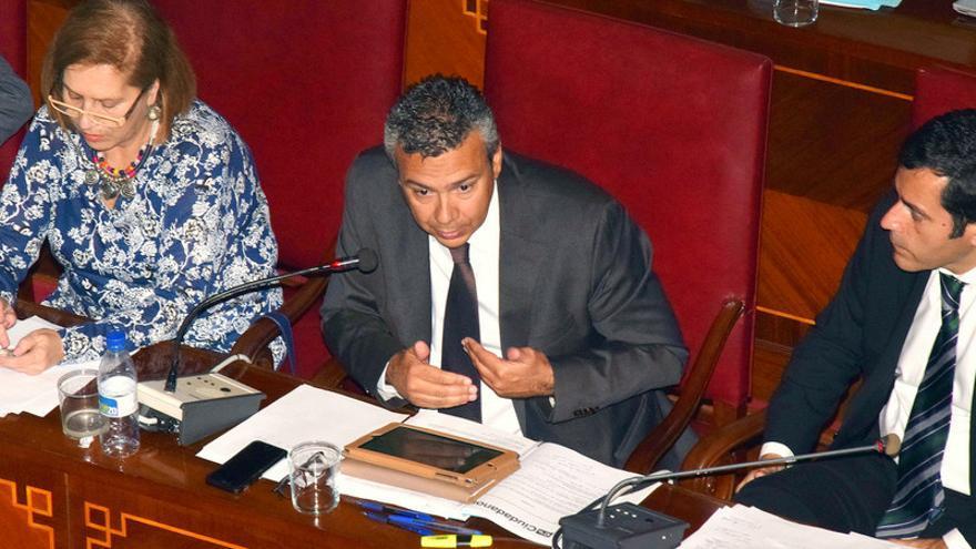 El concejal de Servicios Públicos durante el Pleno del Ayuntamiento de Santa Cruz de Tenerife