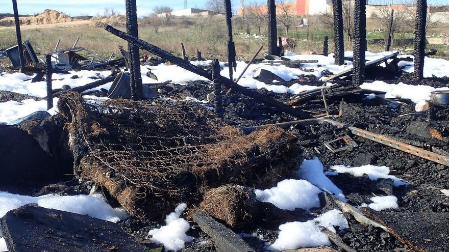 Las cenizas que quedaron tras el incendio de la chabola de una pareja en el poblado de El Gallinero el pasado 26 de diciembre | FOTO: Javier Baeza