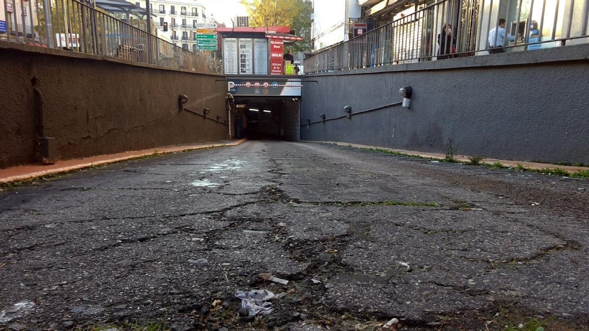 Entrada al párking de la calle en Fuencarral
