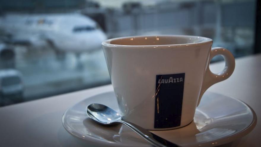 Café matutino en un aeropuerto. (Twitter)