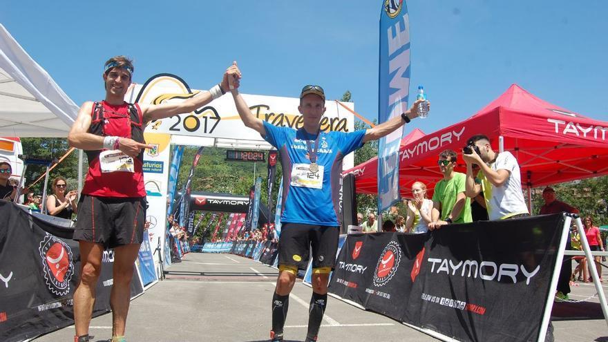 Javi Domínguez e Iván Cuesta tras cruzar la línea de meta en primer y segundo lugar respectivamente.