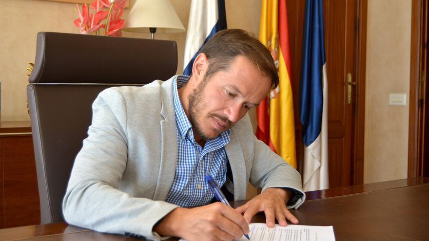 Mariano Hernández Zapata, presidente del Cabildo de La Palma, firmando el compromiso promovido por La Palma Renovable para la descarbonización de La Palma y para el diseño de la Agenda de Transición energética de la Isla.