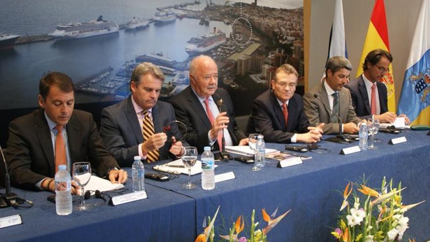 El presidente de la Autoridad Portuaria de Tenerife, Ricardo Melchior (centro), durante la presentación de la Seatrade Cruise Med