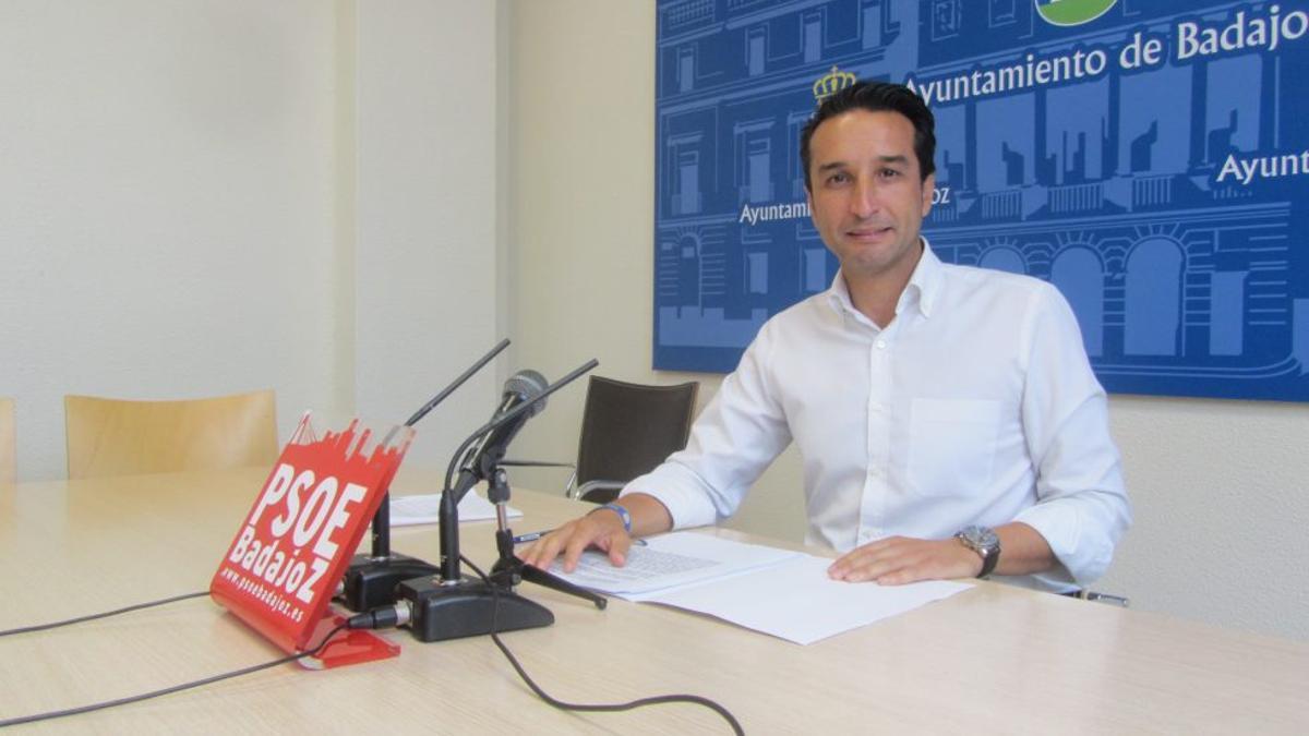 El portavoz del PSOE de Badajoz, Ricardo Cabezas, que ha presentado la moción contra la LGTBIfobia