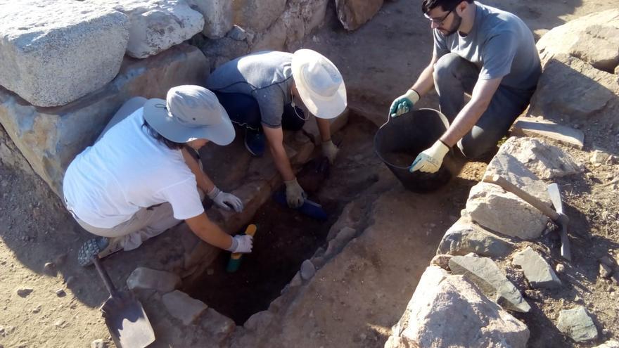 Prácticas de estudiantes de Humanidades en excavaciones arqueológicas. FOTO: Cota 667