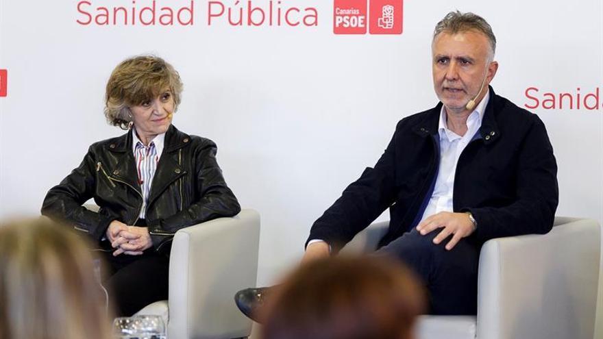 La ministra de Sanidad, María Luisa Carcedo, y el secretario general del PSOE canario, Ángel Víctor Torres (d).  EFE/Ramón de la Rocha