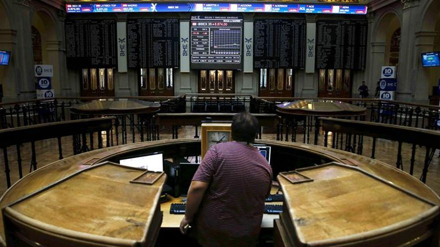La Bolsa española se da la vuelta a mediodía y cae el 0,32 %