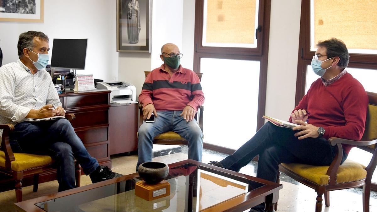 José Adrián Hernández (d), vicepresidente del Cabildo de La Palma y consejero de Agricultura, Ganadería y Pesca, con el nuevo presidente de la Asociación de Productores de Pitaya de La Palma (Pitapalma), Vicente Ayut, y su vicepresidente, José Ángel Pais.