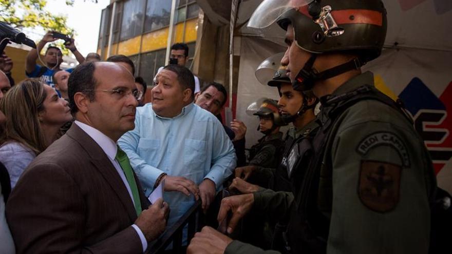 Un diputado venezolano dice que fue retenido en un aeropuerto y le anularon pasaporte