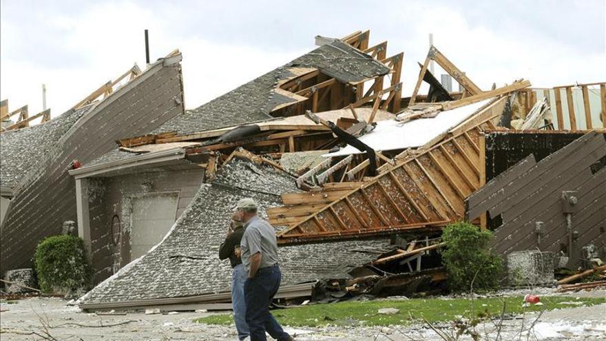 Aumenta a 10 la cifra provisional de muertos por gigantesco tornado en Oklahoma