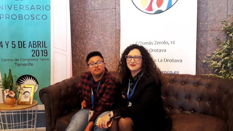 Jack, el joven trans con síndrome de Down, y su madre, Beatriz Giovanna, en Puerto de la Cruz (Tenerife)
