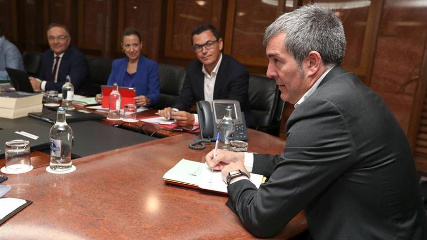 El presidente del Gobierno de Canarias, Fernando Clavijo (d); el vicepresidente, Pablo Rodríguez (2d) y los consejeros de Hacienda, Rosa Dávila, y de Sanidad, José Manuel Baltar. EFE/Elvira Urquijo A.